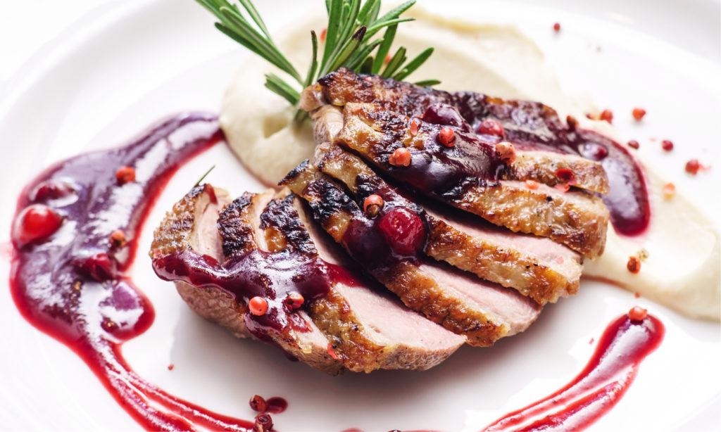Receta navideña con carne de solomillo en salsa de frutos rojos